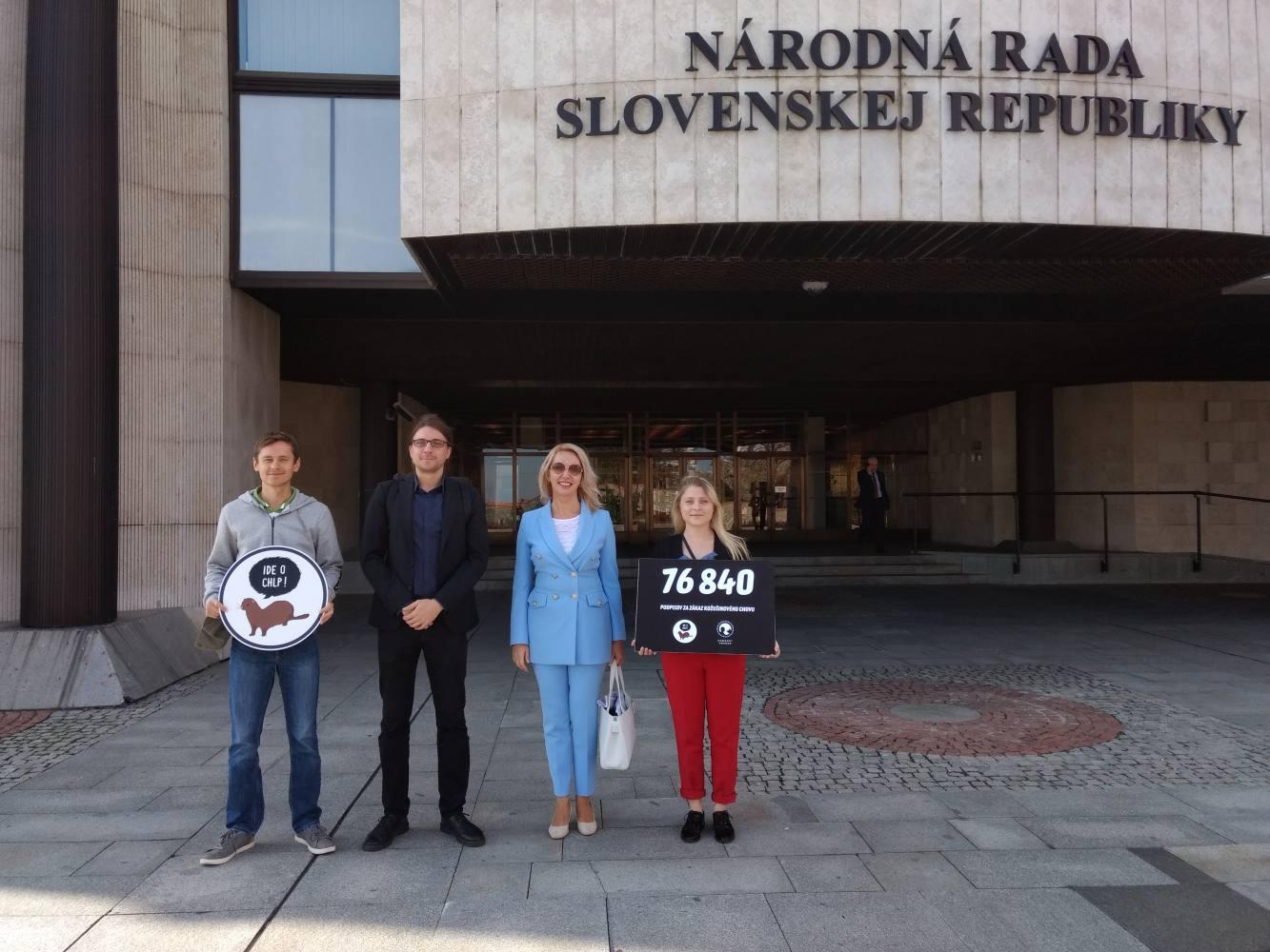 Odovzdanie petície Národnej rade SR. FOTO: Humánny pokrok