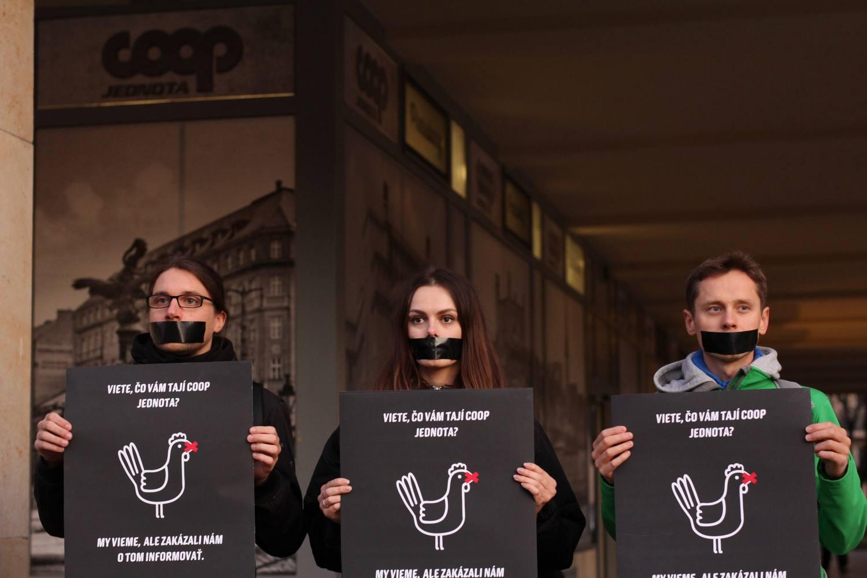 Protest pred predajňou COOP Jednota v Bratislave. FOTO: Humánny pokrok